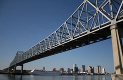 Passerelle avec l'horizon de la Nouvelle-Orléans Photo libre de droits