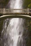 Passerelle avec la cascade à écriture ligne par ligne Images stock