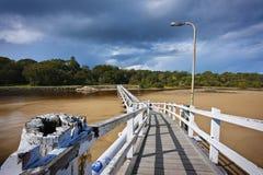Passerelle blanche au-dessus de l'eau Photographie stock libre de droits