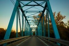 Passerelle bleue au coucher du soleil Photo libre de droits
