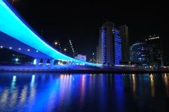 Passerelle bleue dans la marina de Dubaï Images stock