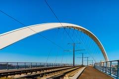 Passerelle-Brücke über Bassin Vauban für Trams und Fahrräder stockfotos