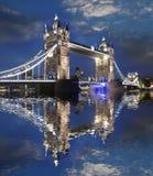 Passerelle célèbre de tour à Londres, R-U Image stock