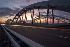 Passerelle contemporaine sur le coucher du soleil dans le point de vue Photos stock