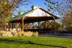 Passerelle couverte dans l'automne Image stock