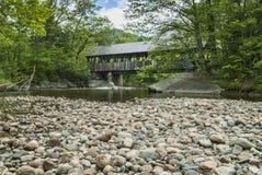 Passerelle couverte de fleuve de dimanche au Maine Photographie stock