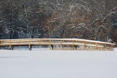 Passerelle couverte de neige Images libres de droits