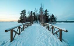 Passerelle couverte de neige en hiver image stock