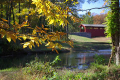 Passerelle couverte en automne Image libre de droits