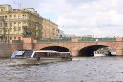 Passerelle d'Anichkov et fleuve de Fontanka Image stock