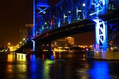 Passerelle d'attraction bleue la nuit photos libres de droits