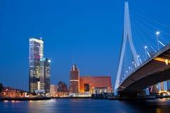 Passerelle d'Erasmus de nuit à Rotterdam photos libres de droits