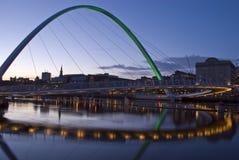 Passerelle d'oeil de millénaire de Newcastle au coucher du soleil Photographie stock libre de droits