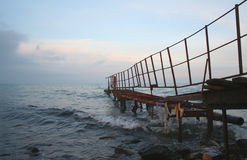 Passerelle dans la mer Photos libres de droits