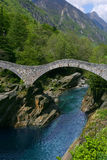 Passerelle dans Lavertezzo, vallée de Verzasca Photo libre de droits