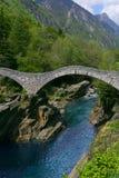 Passerelle dans Lavertezzo, vallée de Verzasca Photo libre de droits