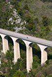 Passerelle dans les montagnes en France image libre de droits