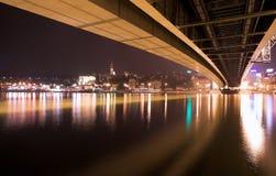 Passerelle de Belgrade la nuit Photos libres de droits