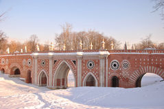 Passerelle de brique à travers le ravin dans Tsaritsyno Images libres de droits