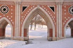 Passerelle de brique à travers le ravin dans Tsaritsyno Photo stock