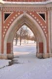Passerelle de brique à travers le ravin dans Tsaritsyno Photos stock