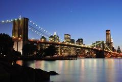 Passerelle de Brooklyn après coucher du soleil Photo stock