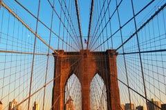 Passerelle de Brooklyn au coucher du soleil Images stock