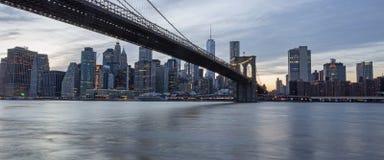 Passerelle de Brooklyn au crépuscule Photo stock