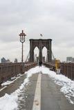 Passerelle de Brooklyn avec la neige Photos libres de droits