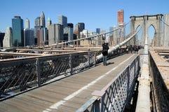 Passerelle de Brooklyn avec le paysage urbain de NY Photo stock