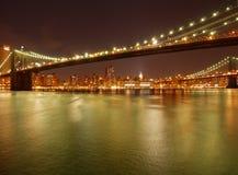 Passerelle de Brooklyn de pétillement par nuit Image libre de droits