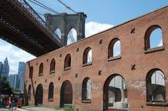 Passerelle de Brooklyn et entrepôt de tabac images stock