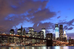 Passerelle de Brooklyn et horizon de Manhattan la nuit Image stock