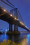 Passerelle de Brooklyn et horizon de Manhattan la nuit NYC Photographie stock libre de droits