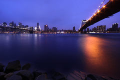 Passerelle de Brooklyn et horizon de Manhattan la nuit NYC Images libres de droits