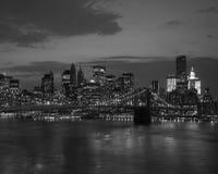 Passerelle de Brooklyn et horizon de NYC au coucher du soleil Image libre de droits