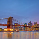 Passerelle de Brooklyn et Manhattan au crépuscule Images stock