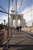 Passerelle de Brooklyn et Manhattan avec des gratte-ciel Photo libre de droits