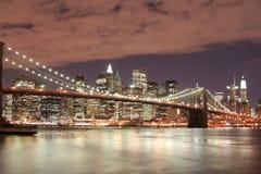 Passerelle de Brooklyn la nuit Photos libres de droits