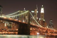 Passerelle de Brooklyn la nuit Image stock