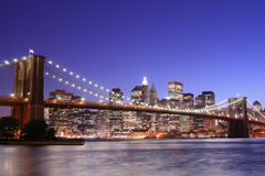 Passerelle de Brooklyn la nuit photographie stock
