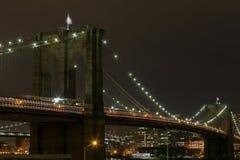 Passerelle de Brooklyn la nuit Photographie stock