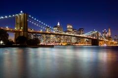 Passerelle de Brooklyn la nuit images stock