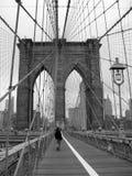 Passerelle de Brooklyn noire et blanche photo stock