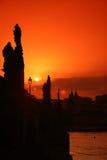 Passerelle de Charles à Prague dans la République Tchèque, coucher du soleil Images stock