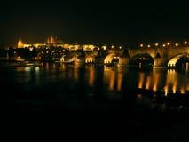 Passerelle de Charles à Prague la nuit Photographie stock libre de droits