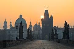 Passerelle de Charles de lever de soleil, petit quart, Prague Photographie stock libre de droits