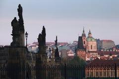 Passerelle de Charles et église de Saint-Nicolas, Prague Photographie stock libre de droits