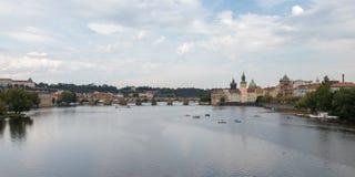 Passerelle de Charles et fleuve de Vltava à Prague image stock