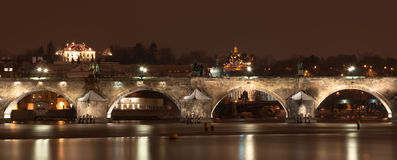 Passerelle de Charles la nuit, Prague, République Tchèque Photographie stock libre de droits